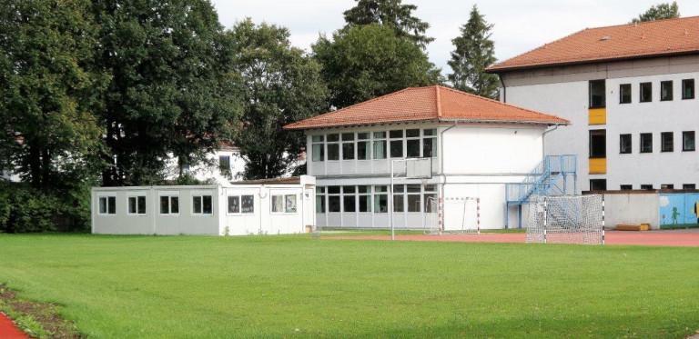 Provisorien halten lange, mit und ohne Dach: Seit Jahren stehen hinter der Schule St. Georg diese Container für die Mittags- und Nachmittagsbetreuung.